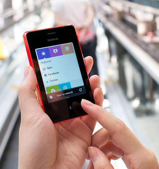 Мобильный телефон Nokia Asha 502 Dual SIM красный - фото 3